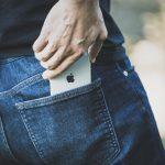 iPhoneXをジーンズのポケットに入れる男性